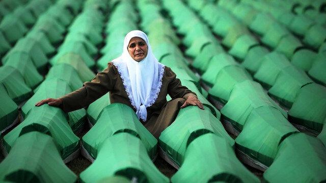 Srebrenitsa Katliamında yakınlarını kaybeden acılı bir kadın.