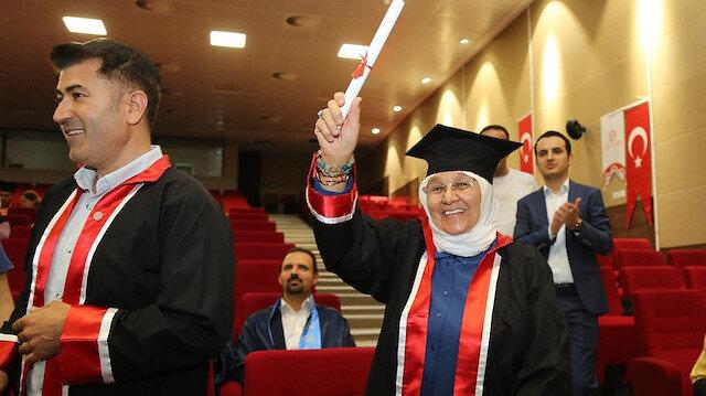 """""""الجدة العظيمة"""".. عجوز تركية تنهي الماجستير في عمر الـ 63"""