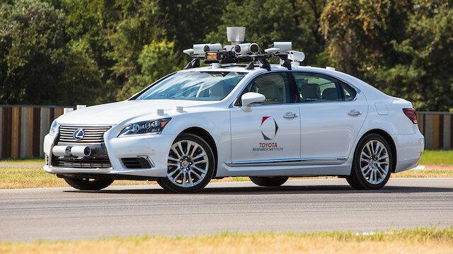 Otonom araç testlerine başlayan Lexus LS'in standart modelden tek farkı, tavana yerleştirilmiş bir dizi sensör, radar ve kamera konumlandırma sisteminin olması.