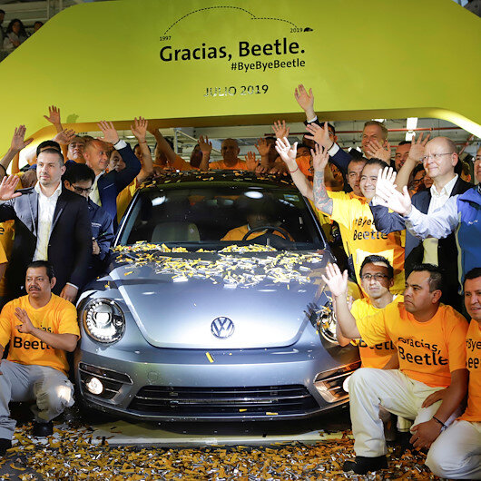 Last Volkswagen Beetle drives into the sunset