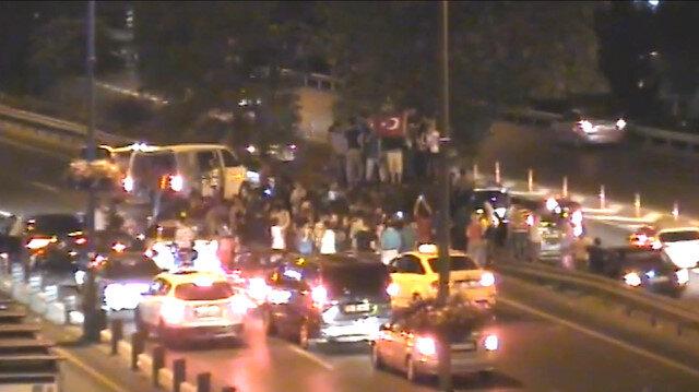15 Temmuz gecesinden yeni görüntüler: Vatandaş zırhlı aracı kontrol altına alıyor