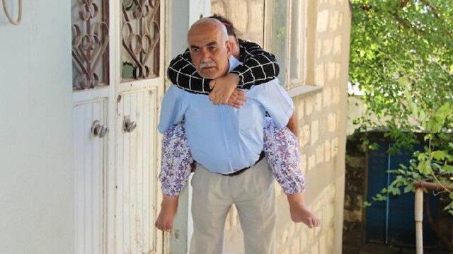 Babasının sırtında taşıdığı Çiçek yürümek istiyor