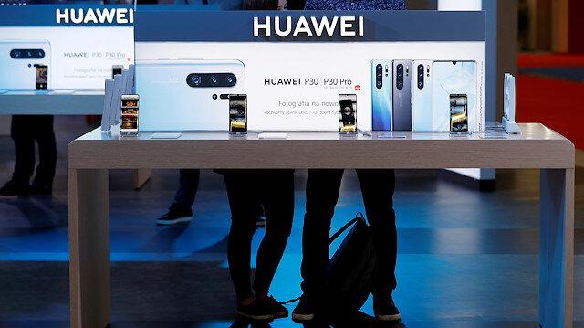 Huawei mağazasında telefonların sergilendiği bir stand.