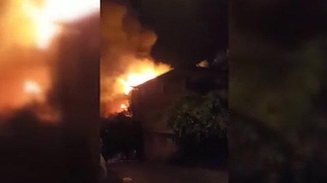 Çatısına yıldırım düşen binada yangın çıktı
