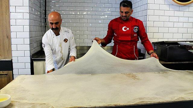 39 yaşındaki börek ustası daha önce dünyanın en uzun böreğini yaparak Guinness Rekorlar Kitabı'na girmiş.