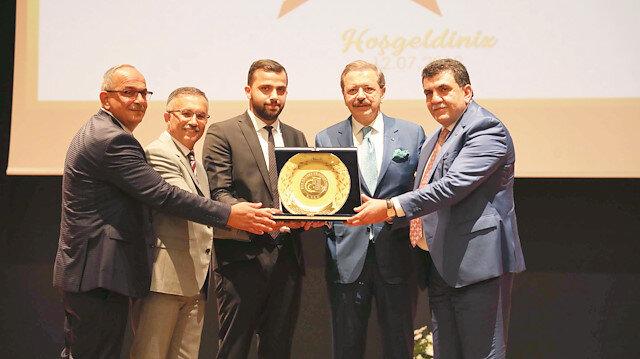 Rize'deki törende vergi rekortmenlerinin plaketlerini TOBB Başkanı Hisarcıklıoğlu ile Rize Ticaret ve Sanayi Odası Başkanı Şaban Aziz Karamehmetoğlu birlikte verdi.