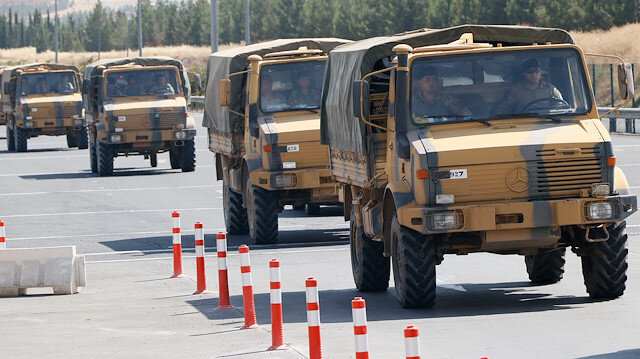Sınırı sevkıyatı yapılan askeri araçlar.