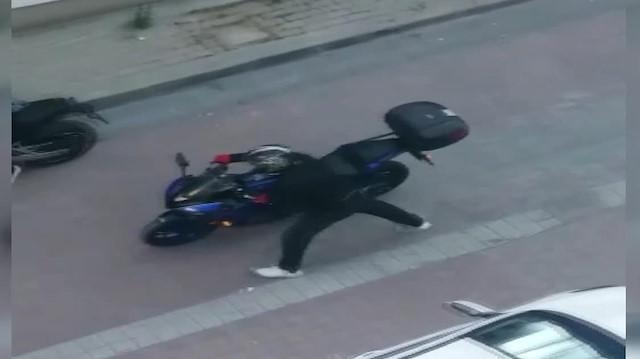 Güpegündüz motosiklet hırsızlığı kamerada