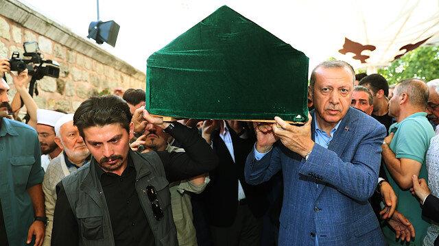 Cumhurbaşkanı Erdoğan, Eygi'nin tabutunu omuzladı.