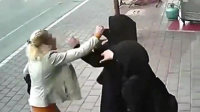 """Adana'da bir kadın çarşaflı iki kadına saldırarak yüzünü açmaya çalışması güvenlik kameralarına böyle yansımıştı. Cumhuriyet Başsavcılığı konuyla ilgili """"tehdit, hakaret ve darp"""" suçlamasıyla soruşturma başlatırken söz konusu şahıs gözaltına alınmıştı."""