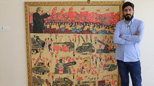 """تركيا.. فنان سوري يُخلد ذكرى """"يوم الديمقراطية والوحدة الوطنية"""" بلوحة فسيفسائية"""