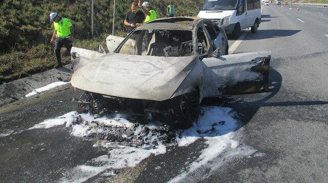 Yanan otomobile itfaiye ekipleri müdahale etti.