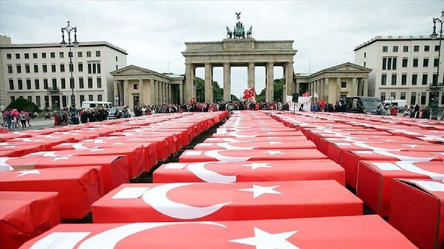 251 تابوتًا ملفوفًا بالعلم التركي في قلب برلين