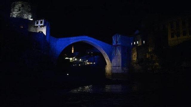 """مكتبة سراييفو وجسر """"موستار"""" التاريخيين بالبوسنة يتزيّنان بالعلم التركي"""