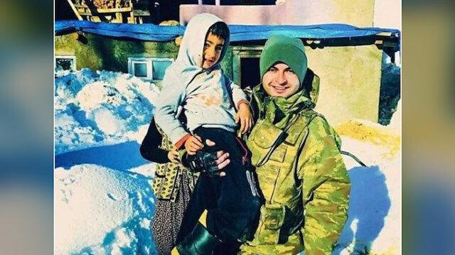 Yolları önceden kesişmiş: Ayaz çocuk ve Şehit Karaman fotoğraf çekilmiş