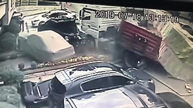 Freni boşalan TIR 5 araca çarptı
