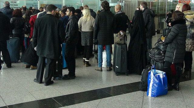 Havalimanında uçağa binmek için sıra bekleyen yolcular. Fotoğraf: Arşiv.