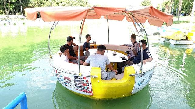 Yüzen kafeye binen vatandaşlar suyun üzerinde gezip piknik yapıyor