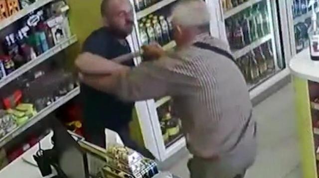 Kasiyere saldıran adamı kürekle engelledi