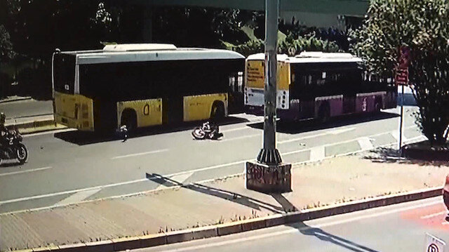İki otobüsün arasına giren motosikletli ölümden döndü