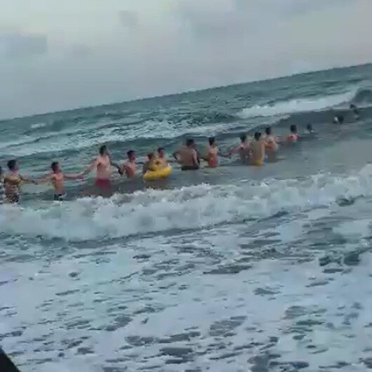 Boğulmak üzere olan kişiyi zincir oluşturup kurtardılar
