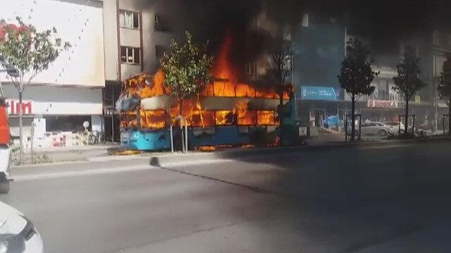 Esenyurt'ta iki katlı otobüs alev alev yandı