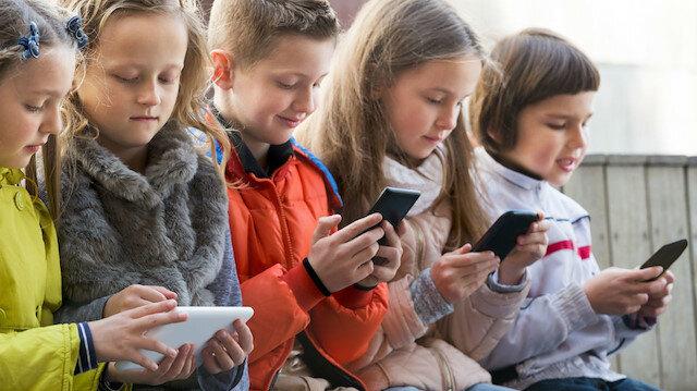 Uzmanlar 12 yaşından küçük çocuklara cep telefonu, tablet gibi cihazları vermemek gerektiğini söylüyor.