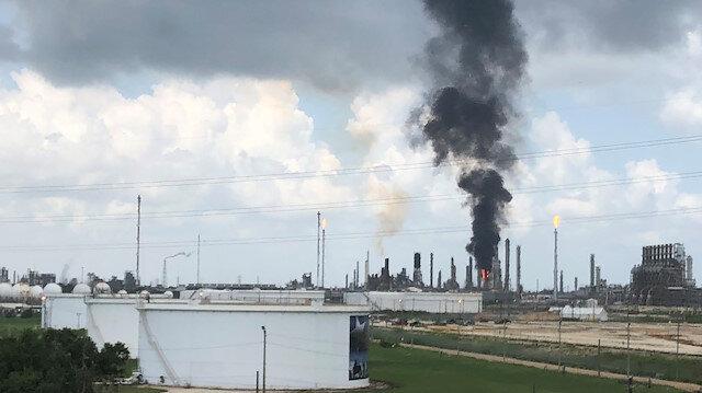 Yangın henüz kontrol altına alınamamışken çıkan dumanlar kilometre öteden görülebiliyor.