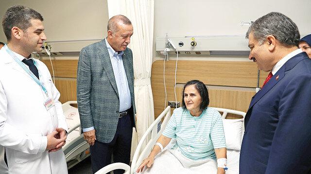 Cumhurbaşkanı Erdoğan, Sağlık Bakanı Fahrettin Koca ile birlikte Bursa Şehir Hastanesi'ni gezerek incelemelerde bulundu, tedavi gören hastaları ziyaret etti.