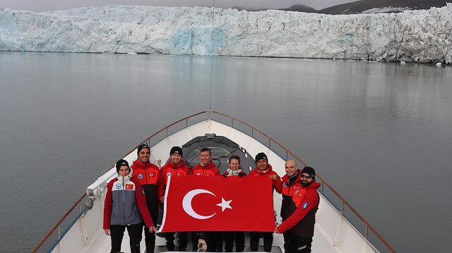 Türk bilim ekibi kutuplarda bayrağımızı açarak poz verdi.