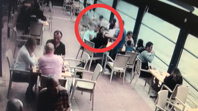 Restorana giren martı garsonun elindeki tepsiyi düşürüp yemeye başladı