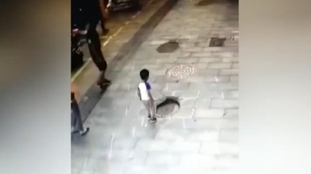 Küçük çocuğun kanalizasyon çukuruna düştüğü anlar kamerada