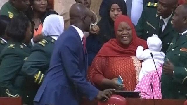 Kenyada Meclise 5 aylık bebeğiyle gelen Milletvekili zorla çıkarıldı