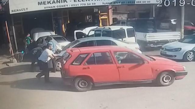 Satıp parasını alamadığı otomobilini iterek götürdü