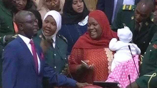 Meclise 5 aylık bebeğiyle geldi, zorla dışarı çıkarıldı