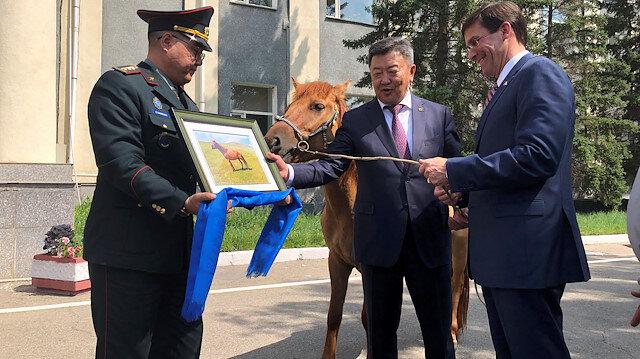 Moğolistan Savunma Bakanı Enkhbold Nyamaa, mevkidaşı Esper'e 7 yaşında bir at hediye etti.