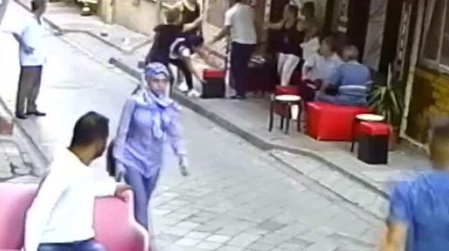 Kadınların cadde üzerindeki eş kavgası kamerada