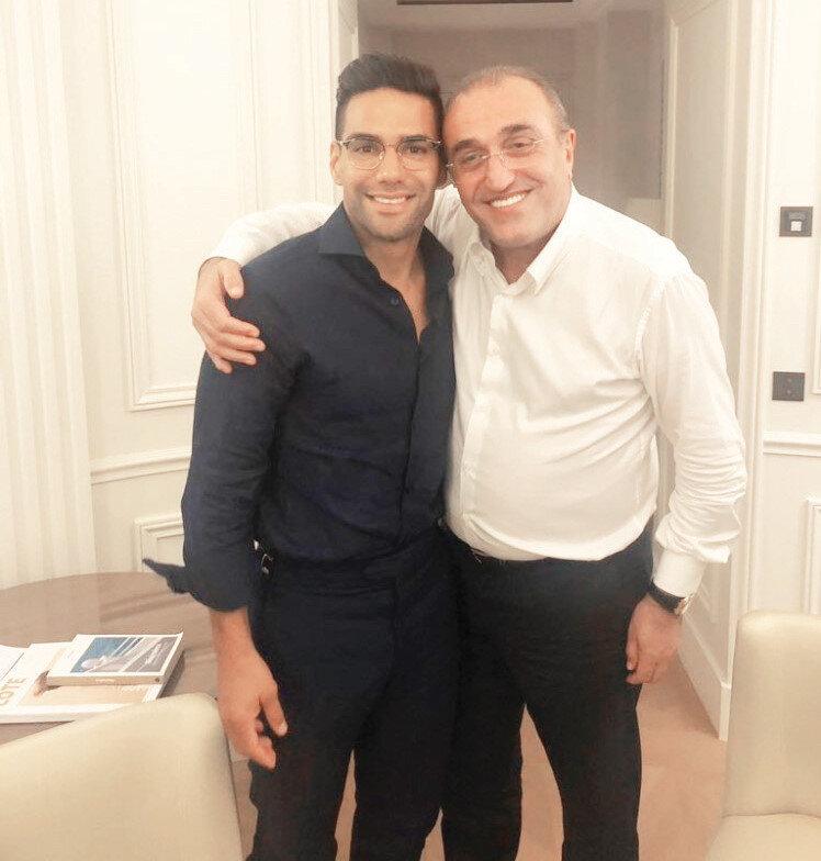 Galatasaray İkinci Başkanı Abdurahim Albayrak, Kolombiyalı golcü Radamel Falcao'nun transfer görüşmeleri için gittiği Fransa'da, yıldız oyuncuyla birlikte poz verdi.