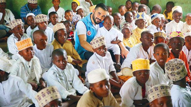 TDV'nin Tanzanya'daki kurban organizasyonunda Rap sanatçısı ResulAydemir de gönüllü olarak yer aldı.