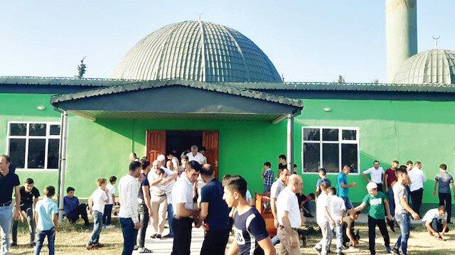 Ahıska Türkleri, bayram namazı için camilere akın etti.