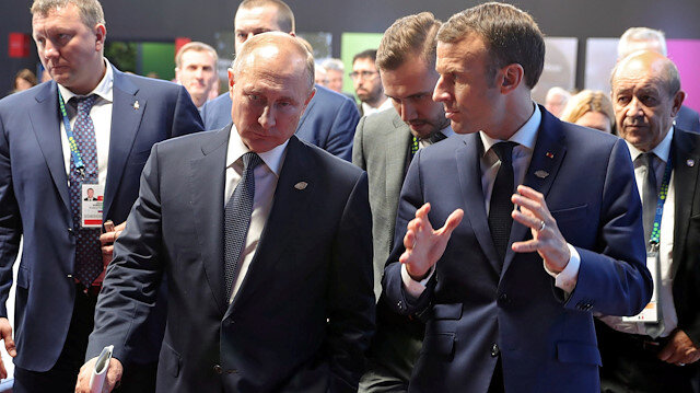 Russia's President Vladimir Putin (L) speaks with his French counterpart Emmanuel Macron during a meeting on the sidelines of the G20 summit in Buenos Aires, Argentina November 30, 2018. Picture taken November 30, 2018. Sputnik/Mikhail Klimentyev/