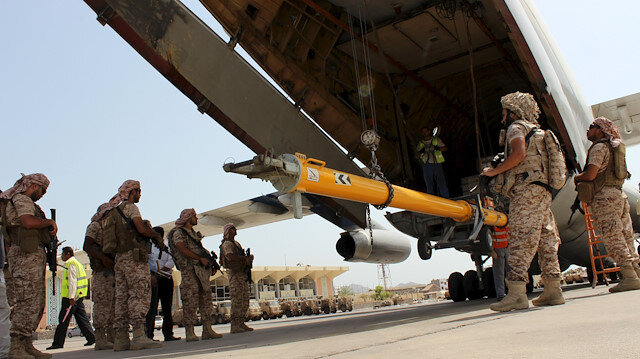 Soldiers from the United Arab Emirates stand guard as military equipment are being unloaded from a UAE military plane at the airport of Yemen's southern port city of Aden August 12, 2015. Soldiers from the United Arab Emirates, at the head of a Gulf Arab coalition fighting Iran-allied Houthi forces in Yemen, are preparing for a long, tough ground war from their base in the southern port of Aden. Picture taken August 12, 2015. REUTERS/Nasser Awad