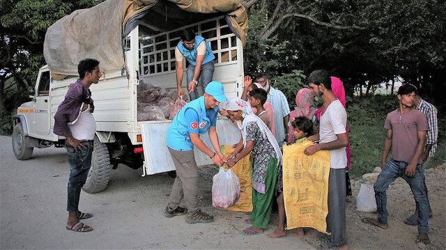 وقف الديانة التركي يوزع لحوم أضاحي في نيبال