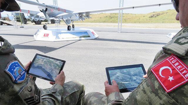 SİHA ve İHA'ların uçuşları askerlerdeki tabletlerden de kontrol edilebiliyor. Fotoğraf: Arşiv.