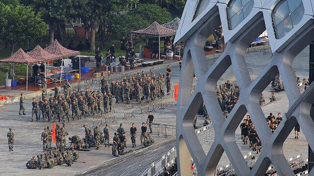 Hong Kong çıkmazı: Çin askerleri stadyumda zırhlı araçlar sınırda