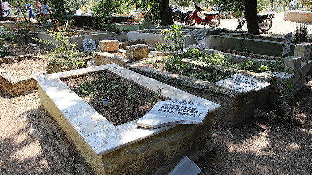 Tahrip edilen bazı mezar taşları.