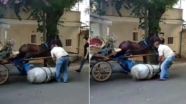 Faytoncu atın yere yığılmasına aldırmadan tekrar ayağa kaldırmaya çalıştı.