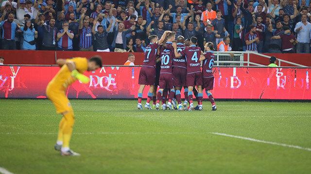 Trabzonsporlu futbolcuların ilk gol sonrası yaşadığı sevinç.