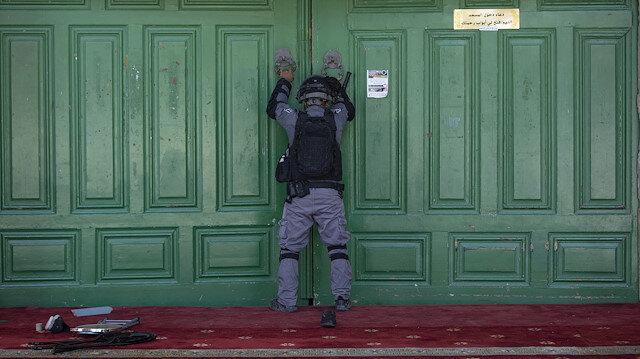 İsrail polisinden Mescid-i Aksa içinde Filistinlilere saldırdı.