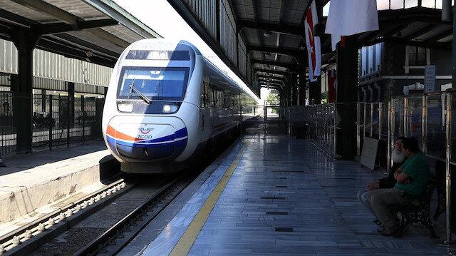 Türkiye genelinde YHT'leri tercih eden yolcuların seyahat amaçlarına bakıldığında, yüzde 27,8 ile 'akraba ziyareti' ilk sırada yer aldı.